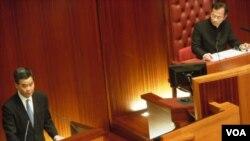 梁振英(左)12月中出席立法会答问大会 (资料图片)