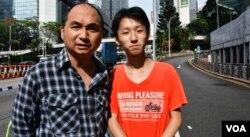 香港中學通識科教師林先生(左)與18歲的兒子參與六四遊行。(美國之音湯惠芸攝)