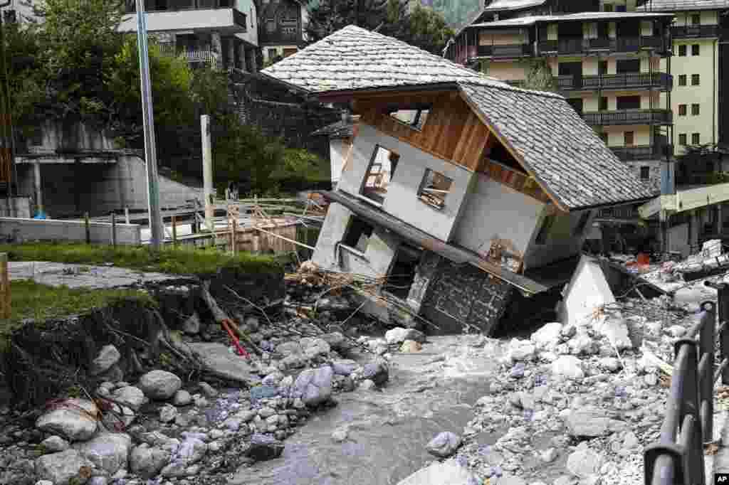 وضعیت یک خانه بعد از بارندگی و سیل اخیر در منطقه مرزی ایتالیا با فرانسه. دستکم شش نفر در این سیل جان خود را از دست دادند.