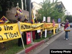 """藏人示威者打出""""给藏人人权""""标语(照片由刘雅雅提供)"""