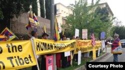 """藏人示威者打出""""給藏人人權""""標語(照片由劉雅雅提供)"""