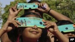 Trẻ em ở Ấn Độ dùng loại kính để xem thiên thực để xem sao Kim