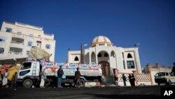 人们聚集在星期二夜间萨那一座清真寺附近的自杀炸弹袭击现场附近。