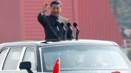 中国国家主席习近平在北京天安门广场举行的阅兵式上乘车检阅。(2019年10月1日)