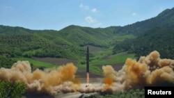 북한이 지난 7월 4일 첫 대륙간탄도미사일(ICBM) 화성-14형을 발사하는 모습
