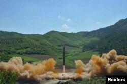 북한이 4일 대륙간탄도미사일(ICBM) 화성-14형 발사에 성공했다고 발표했다.