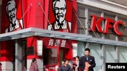 یکی از شعب رستوران های زنجیره ای مرغ سوخاری کنتاکی (کی.اف.سی) در پکن پایتخت چین - آرشیو