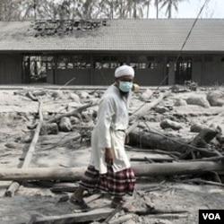 Sebuah gedung sekolah di Cangkringan, Yogyakarta yang porak-poranda dan diselimuti abu tebal (foto dok. 14 November 2010).