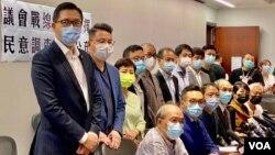 香港民主党、公民党等15名民主派立法会议员9月29日任期结束前一日宣布,根据民调结果,作出政治判断,留任立法会议员一年。 (美国之音/汤惠芸)