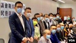 香港民主黨、公民黨等15名民主派立法會議員9月29日任期結束前一日宣布,根據民調結果,作出政治判斷,留任立法會議員一年。(美國之音湯惠芸)