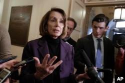 Arhiva - Predsedavajuća Predstavničkim domom Kongresa, Nensi Pelosi, odgovara na pitanja novinara na Kapitol hilu u Vašingtonu, 18. januara 2019.