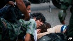 La Guardia Nacional Bolivariana detuvo a un centenar de personas durante una marcha realizada el miércoles 14 de mayo.