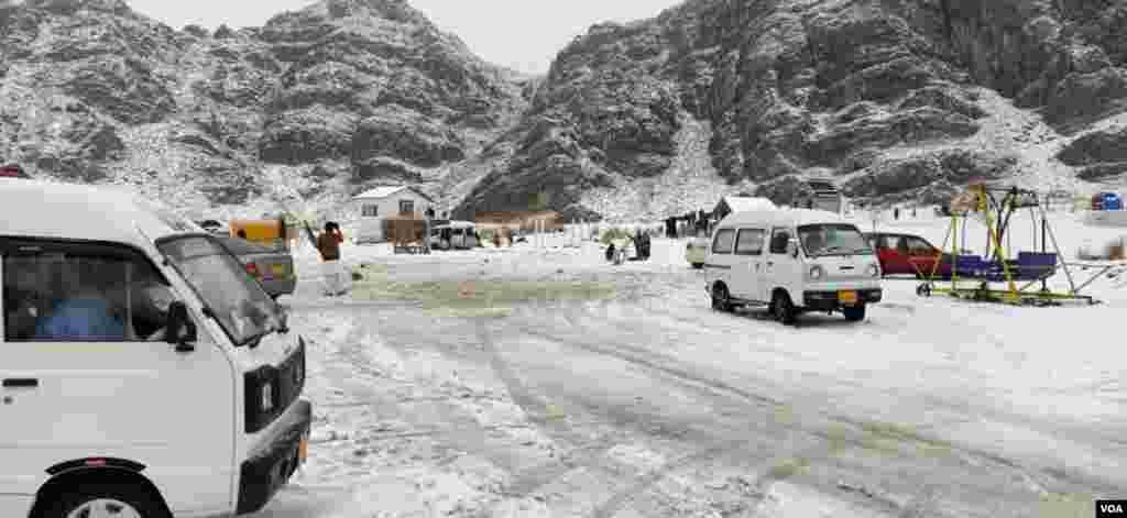 برف باری کے دوران شہریوں نے تفریحی مقامات کا بھی رخ کیا تاکہ برف کی سفید چادر سے لطف اندوز ہوں۔