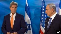 Isroil Bosh vaziri Benyamin Netanyaxu (o'ngda) va AQSh Davlat kotibi Jon Kerri