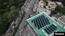 Panel surya terlihat dipasang pada sebuah atap bangunan (foto: ilustrasi).