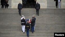 Pripadnici vojske SAD nose kovčeg sa posmrtnim ostacima Džona Mekejna uz stepenice američkog Kongresa, 31. avgust 2018.