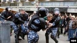 Задержание участника акции протеста сотрудниками ОМОНа. Москва. 12 июня 2017 года
