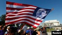 Nhiều người tụ tập gần Đài tưởng niệm Lincoln để kỷ niệm 50 năm cuộc Tuần hành năm 1963, Washington, 24/8/2013