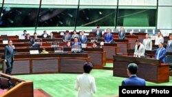 """香港泛民议员在特首林郑月娥宣读施政报告期间展示""""不要威权管治""""的标语。 (苹果日报图片)"""