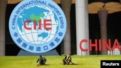 中國工人在上海會展中心為即將開幕的中國國際進口博覽會做準備。 (2018年10月28日)