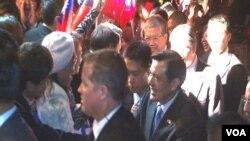 马英九总统被安全人员簇拥入场(美国之音记者包小祥拍摄)