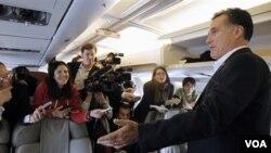 """Newt Gingrich indicó que Romney """"saqueó las empresas, las personas quedaron desempleadas y él se fue con millones de dólares""""."""