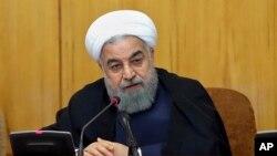 ໃນພາບນີ້ ທີ່ເປີດເຜີຍໂດຍເວັບໄຊ້ທາງການ ຂອງຫ້ອງການ ປະທານາທິບໍດີ, ປະທານາທິບໍດີ Hassan Rouhani ກ່າວໃນລະຫວ່າງ ກອງປະຊຸມຄະນະລັດຖະບານ ໃນນະຄອນ Tehran, ຂອງອີຣ່ານ, ວັນທີ 19 ກໍລະກົດ 2017.