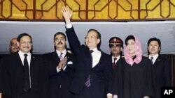 China's Prime Minister Wen Jiabao (C) waves as his Pakistani counterpart Yusuf Raza Gilani (2nd L) applauds after Wen's arrival to the joint sessions of the National Assembly and Senate in Islamabad, 19 Dec 2010