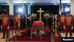 Les enfants de l'ancien président vénézuélien Hugo Chavez se tenant debout à côté de son cercueil, 6 mars 2013.