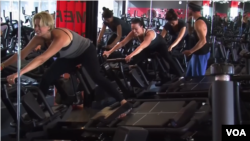 LA의 체육관에서 25분 동안 강도 높은 운동을 하는 고강도 속성 피트니스 수업이 진행되고 있다.