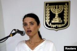 La ministre de la Justice Ayelet Shaked, en faveur du texte de loi, donne un discours lors d'une cérémonie au ministère de la Justice, le 17 mai 2015.