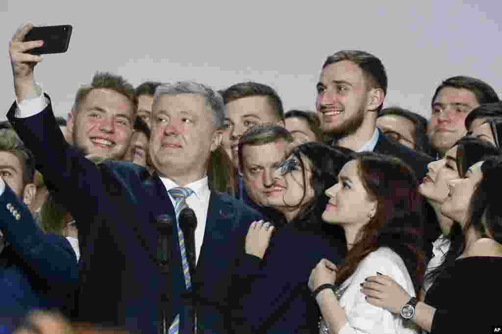 سلفی انتخاباتی. رئیس جمهوری اوکراین و هوادارانش از خود با موبایل عکس می گیرند.