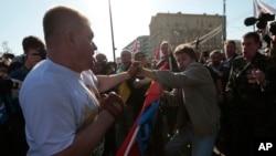 Những người chống đối biểu tình đụng độ với những người tuần hành cho hòa bình tại Moscow.