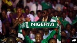 Un supporter du Nigeria célèbre la victoire depuis les gradins.