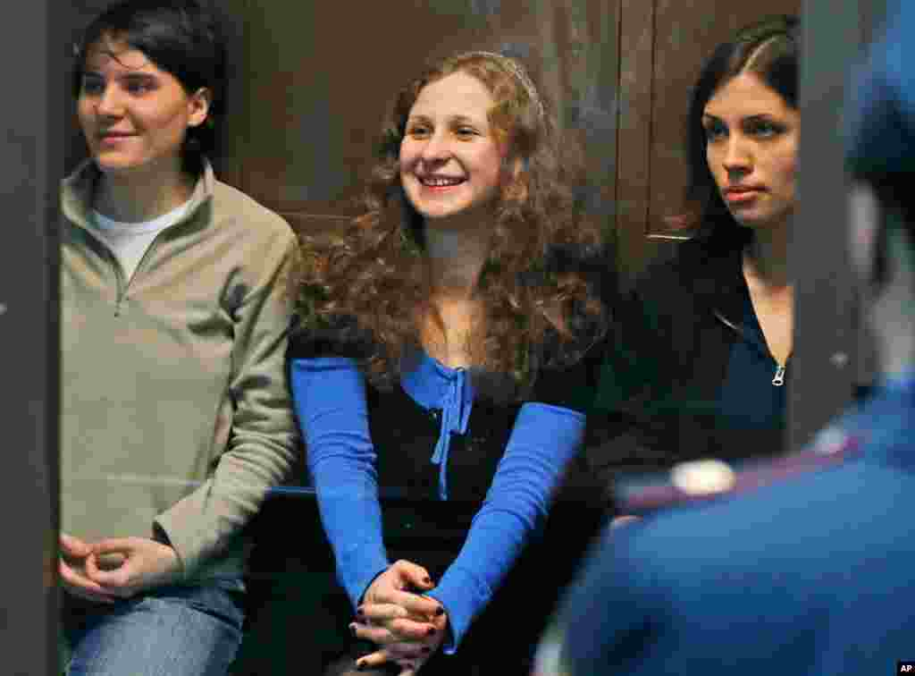 Anggota Pussy Riot, dari kiri ke kanan: Yekaterina Samutsevich, Maria Alekhina dan Nadezhda Tolokonnikova dalam ruangan kaca di pengadilan di Moscow (10/10). (AP/Sergey Ponomarev)