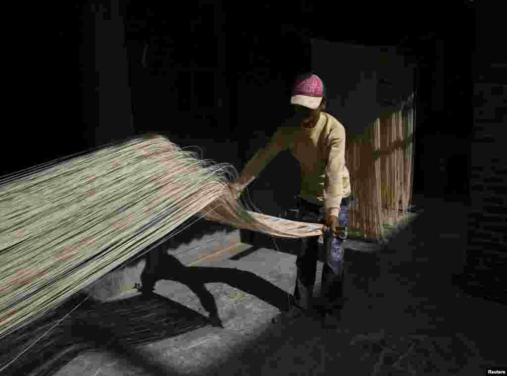 타이완 장화현 푸싱 마을에서 한 남성이 수제 국수를 햇볕에 말리고 있다.