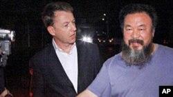 6月22日艾未未在住宅外面和記者握手