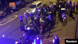Polisi mengamankan lokasi terjadinya serangan air cuka di Queensbridge Road, London, Kamis malam (13/7).