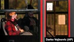 Preporuka nadležnih je da se u javnom prevozu i zatvorenim prostorijama i dalje nose maske