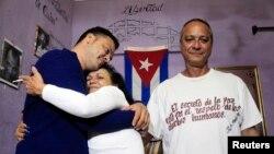 Анхеля Фигуередо (справа) и его жену Хайди Галлардо встретил дома сын Рейниер. Кубинские власти освободили их 8 января 2015 г.