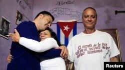 Serbest bırakılan bir Kübalı siyasi mahkum ailesiyle kucaklaşırken