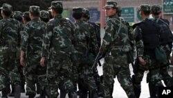 Cảnh sát đi canh phòng trong vùng của người sắc tộc Uighur ở Kashgar, thuộc tỉnh Tân Cương