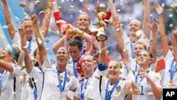 7月5日,美國女子足球隊以5:2的比分擊敗日本隊,成為是世界上首個三次加冕世界杯冠軍的隊伍。