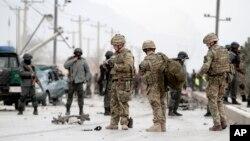 Афганські та коаліційні солдати на місці самогубної атаки в Кабулі