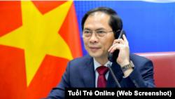 Bộ trưởng Ngoại giao Việt Nam Bùi Thanh Sơn điện đàm với Bộ trưởng Ngoại giao Trung Quốc Vương Nghị hôm 16/4. (Ảnh BNG qua chụp màn hình Tuổi Trẻ Online)