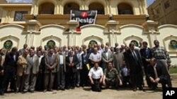 Des membres des Frères musulmans devant leur nouveau siège, au Caire