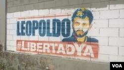 Graffiti calling for the release of Venezuelan opposition leader Leopoldo Lopez is seen on a building in Caracas, Venezuela, July 8, 2017. (A. Algarra/VOA Spanish)