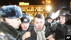 警員將一名在莫斯科街頭參與12月6日示威的活動人士拘留。俄羅斯舉行=亦會選舉後連續第二天有示威抗議活動。