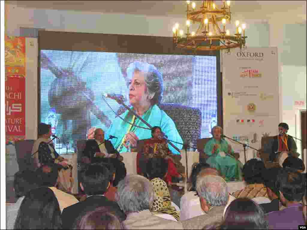ادبی میلے کے دوسرے روز پاکستان کی سیاست کے بدلتے ہوئے چہروں کے بارے میں ایک سیشن کا منظر