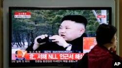 Layar televisi di sebuah stasiun kereta api di Seoul, Korea Selatan, melaporkan berita terkait latihan artileri Korea Utara di dekat perbatasan wilayah sengketa kedua negara (29/4).